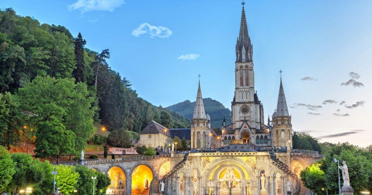 Photo de la cathédrale Notre-Dame-du-Rosaire de Lourdes Illustration département des Hautes-Pyrénées BGE Sud-Ouest